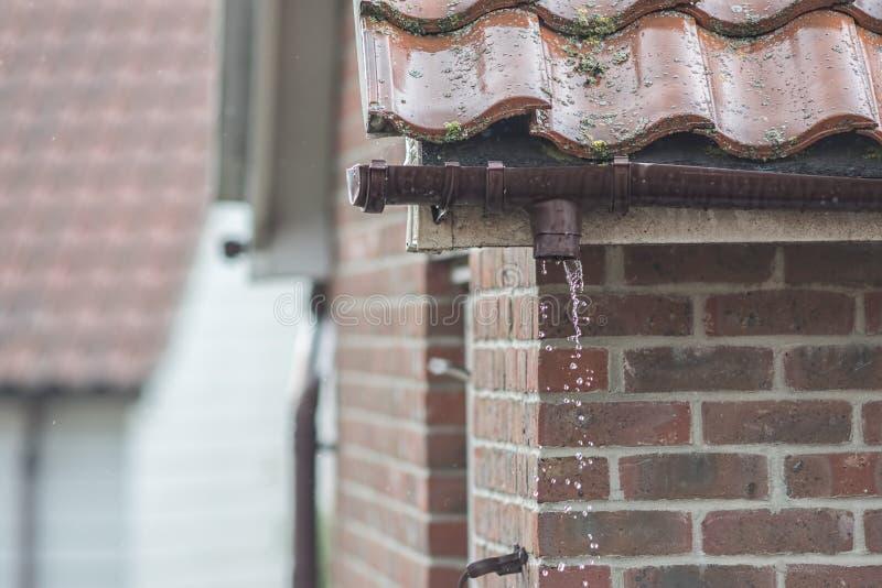 Bruten avloppsränna som missa en downpipe Läcka för reparation för hus guttering arkivbilder