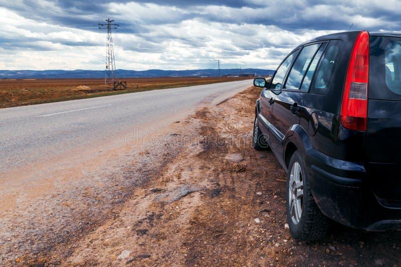 Bruten bil som stoppas av vägen på stormig dag arkivbilder