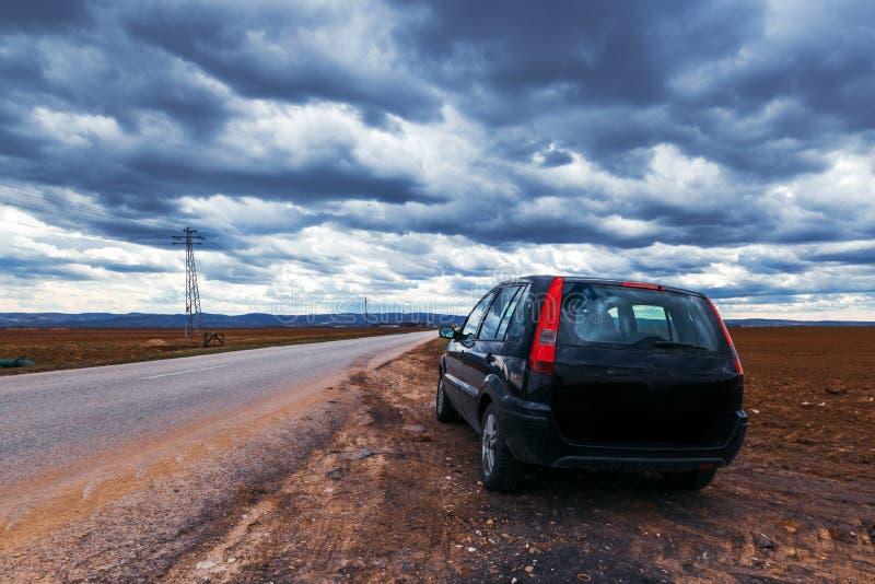 Bruten bil som stoppas av vägen på stormig dag royaltyfri foto