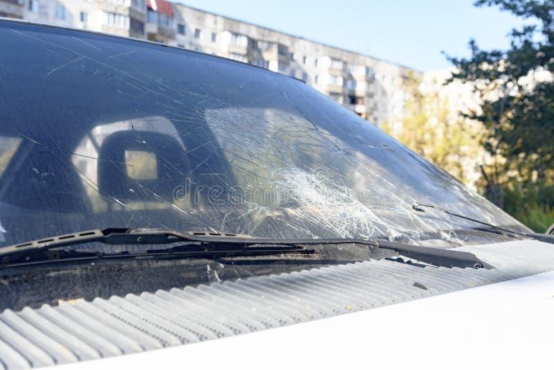 Bruten bilvindruta, krasch, när kollidera vindrutan av en bil arkivfoto
