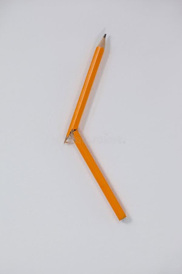 Bruten blyertspenna på vit bakgrund arkivbild