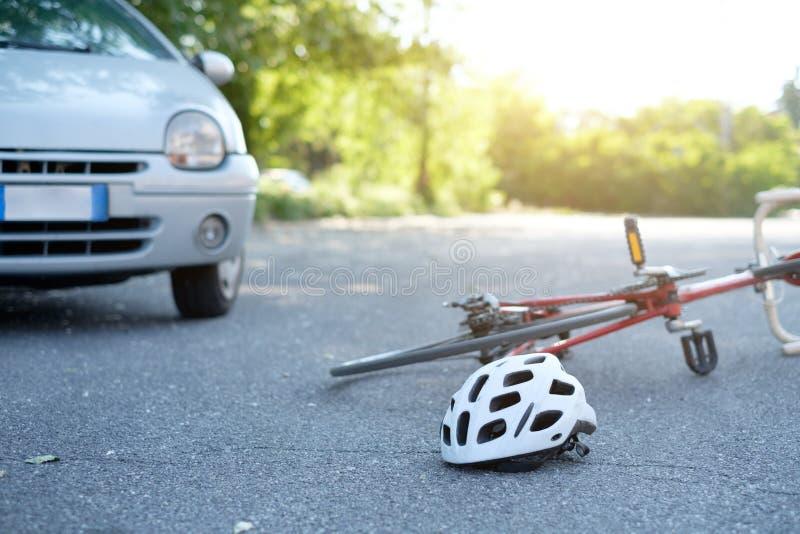 Bruten cykel på asfalten efter händelse royaltyfria foton