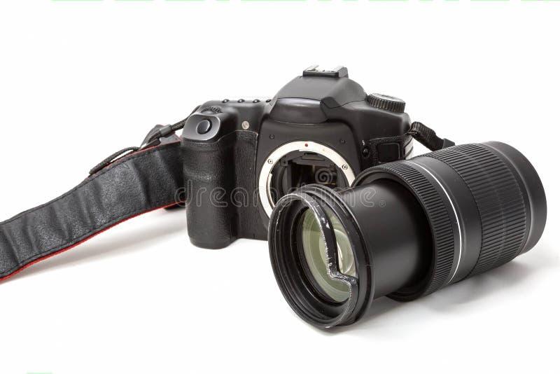 Bruten digital SLR kamera, buckligt skyddande filter på zoomobjektivet Ska repareras bakgrund isolerad white Slapp fokus royaltyfri bild