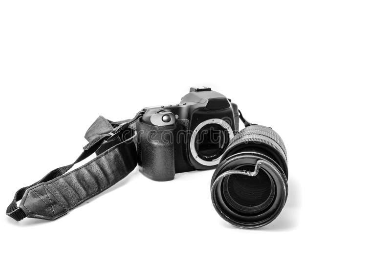 Bruten digital SLR kamera, buckligt skyddande filter p? zoomobjektivet Ska repareras bakgrund isolerad white Bekl?da besk?dar royaltyfria bilder