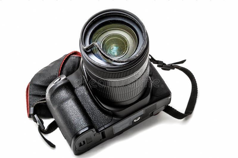 Bruten digital SLR kamera, buckligt skyddande filter p? zoomobjektivet Ska repareras bakgrund isolerad white perspektiv royaltyfri foto