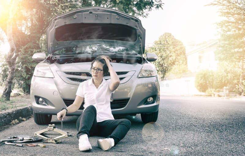 bruten down för bil på vägsidan royaltyfri fotografi