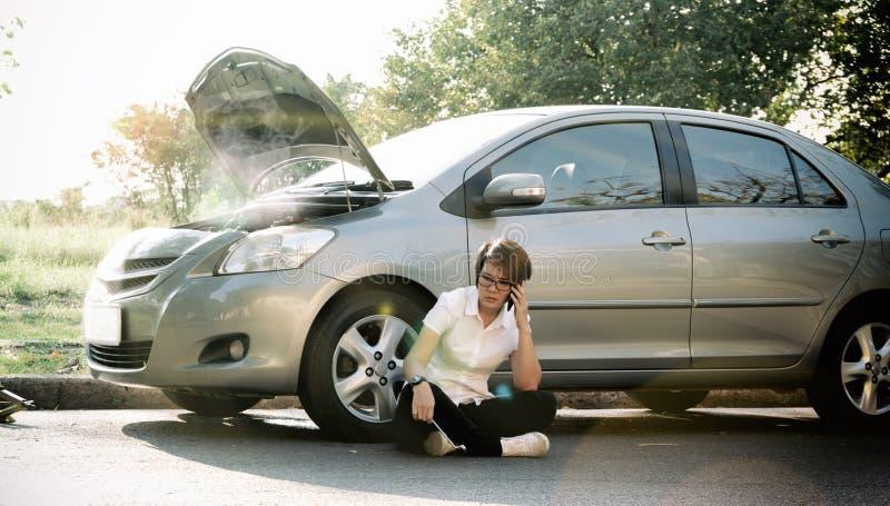 bruten down för bil på vägsidan royaltyfria foton