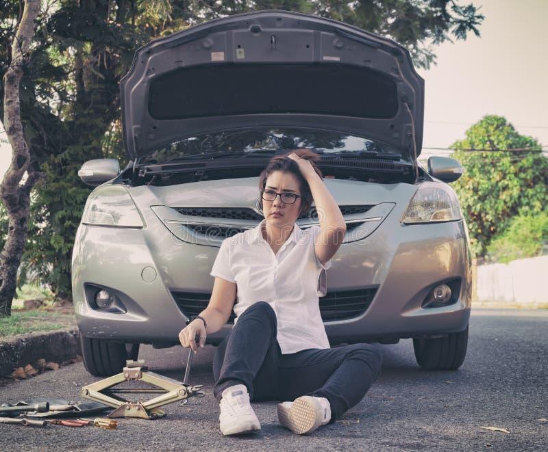 bruten down för bil på vägsidan fotografering för bildbyråer