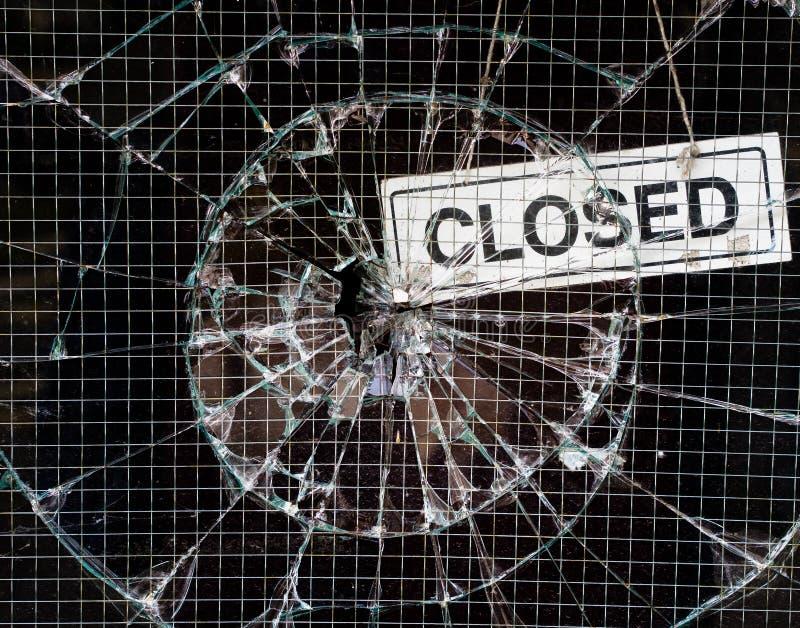 Bruten fönstervandalism - shoppa stängt royaltyfria foton
