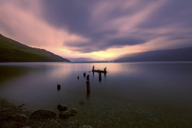 Bruten för brygga sjö Wakatipu, Glenorchy, Nya Zeeland tillsammans med royaltyfria foton