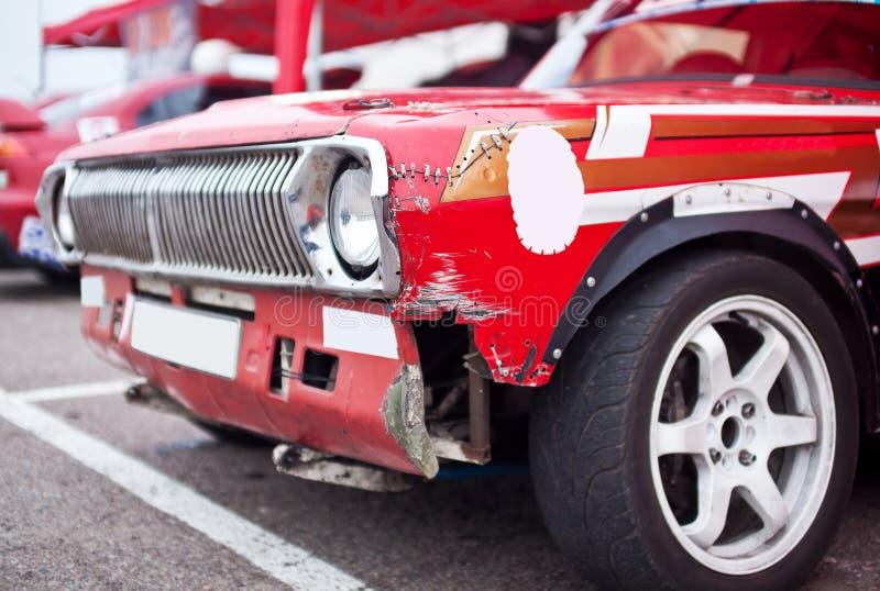 Bruten främre sida för röd bil arkivbild