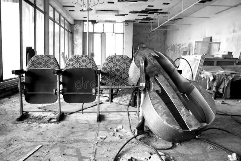 Bruten gammal violoncell i den Tjernobyl zonen arkivfoton