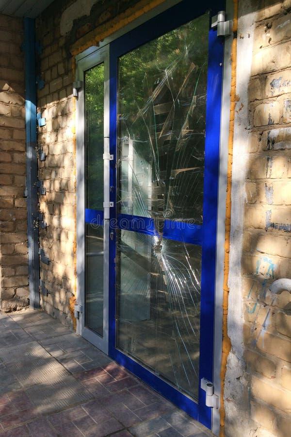 Bruten glass dörr av banken arkivbilder