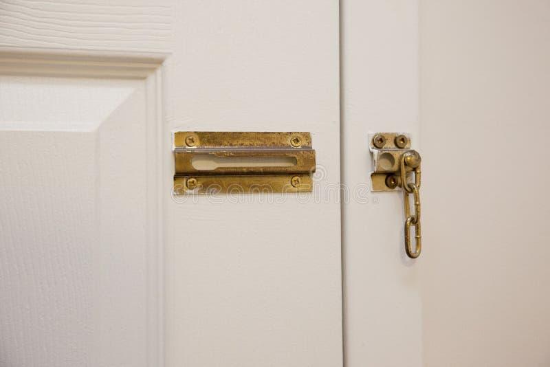 Bruten kedja på dörr arkivfoto