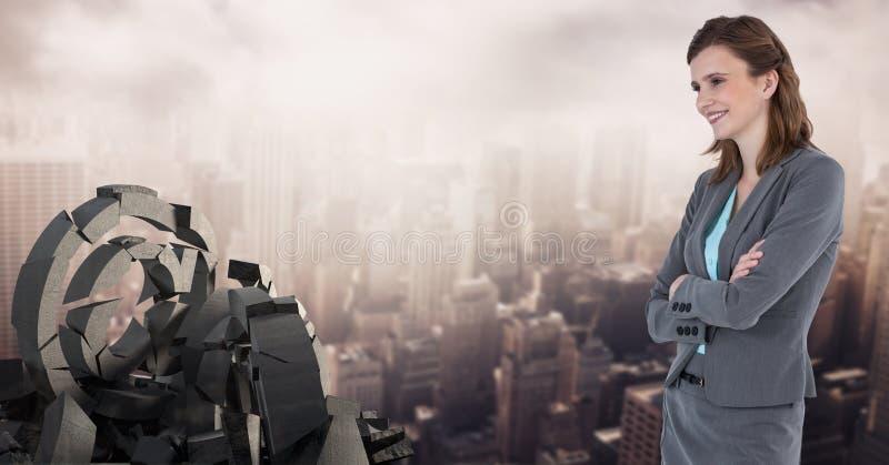 Bruten konkret sten med på symbol och affärskvinna i cityscape arkivfoton