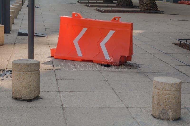 Bruten kulvert som täckas med en orange plast- struktur som in används fotografering för bildbyråer