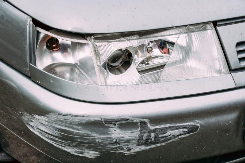 Bruten lampbillykta och radiobil som skrapas med djup skada arkivbilder