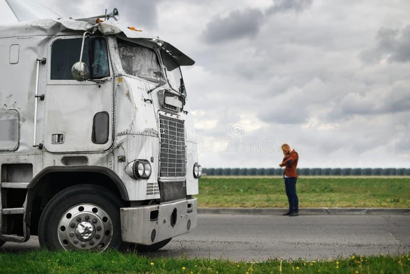 Bruten lastbil efter olyckan i förgrund royaltyfri foto
