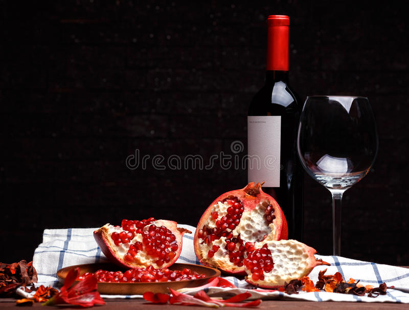 Bruten mogen granatäpple och vin arkivfoto