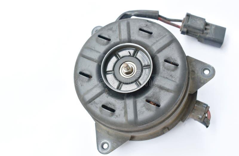 Bruten motor f?r elektrisk fan f?r billuftkonditioneringsapparatsystem p? vit bakgrund arkivbild