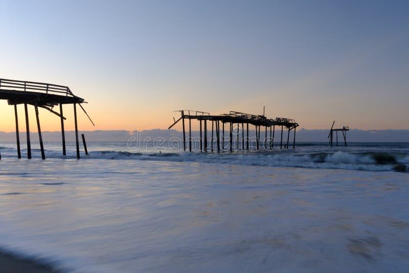 Bruten ner pir på den norr Carolina Shore royaltyfri fotografi