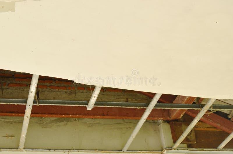 Bruten och för skada hem- tak som ner faller för att grunda royaltyfri fotografi