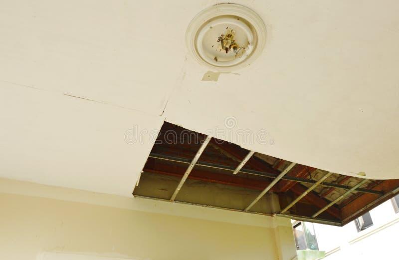 Bruten och för skada hem- tak som ner faller för att grunda royaltyfria bilder