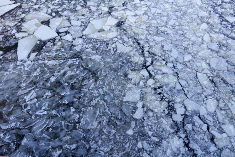 Bruten is på yttersidan av floden i vinter Textur för isisflak royaltyfria foton
