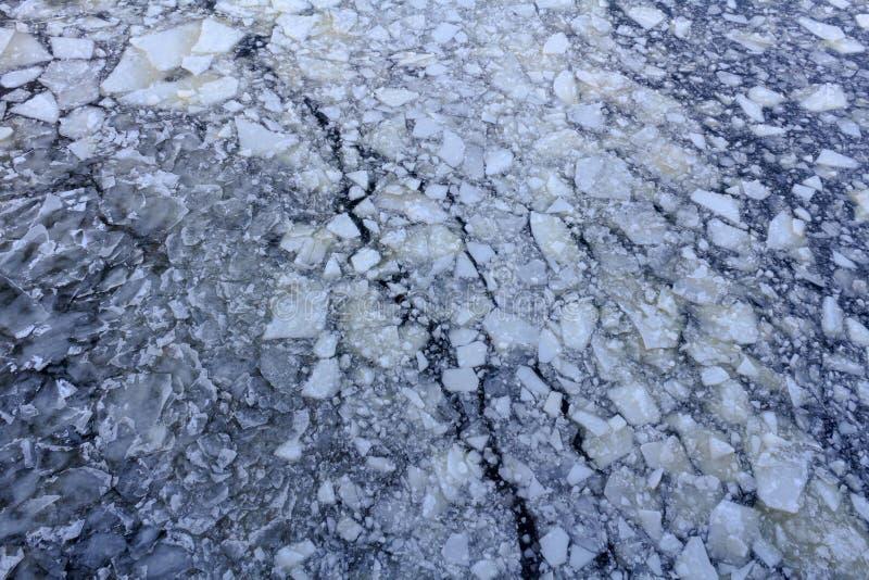 Bruten is på yttersidan av floden i vinter Textur för isisflak arkivfoton
