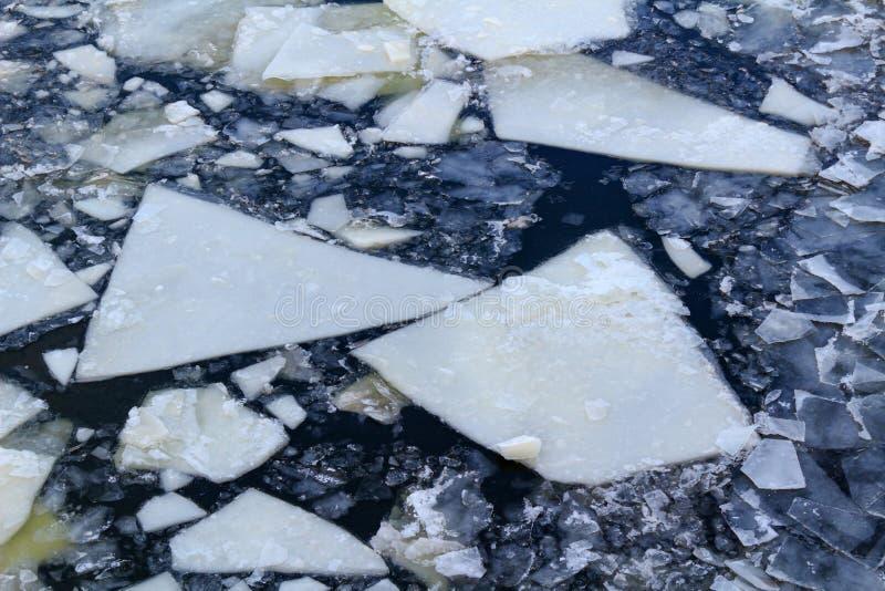 Bruten is på yttersidan av floden i vinter Textur för isisflak arkivbilder