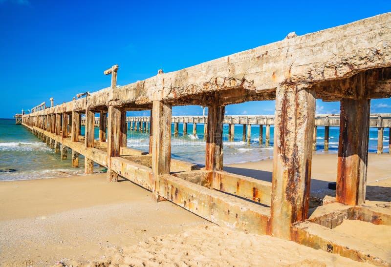 Bruten pir för gammalt cement på havet fotografering för bildbyråer