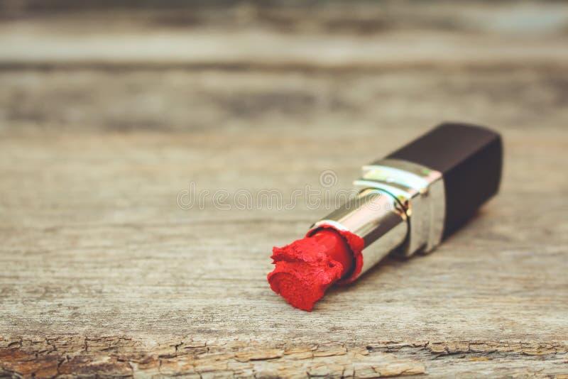 Bruten röd läppstift royaltyfria bilder