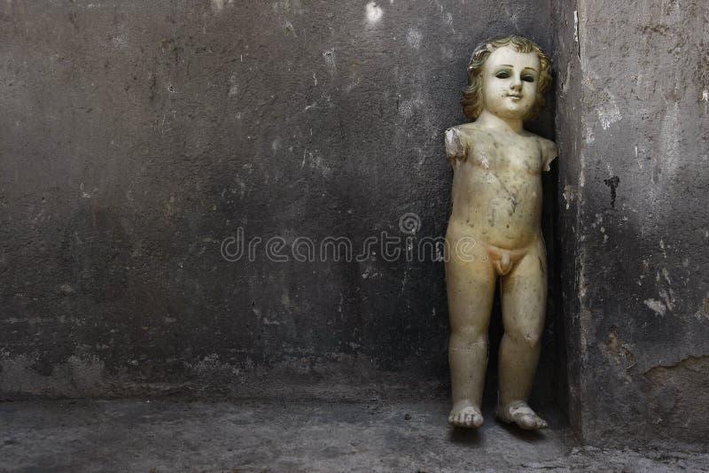 Bruten skulptur royaltyfri bild