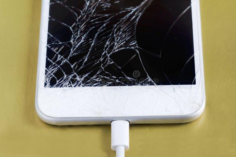 Bruten smartphone med den förbindelsekabeln Bevara data för att reparera eller förfogande av royaltyfri foto