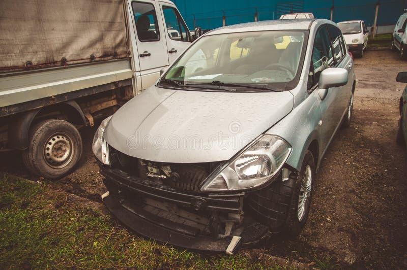 Bruten sprucken bil i servicen royaltyfria foton