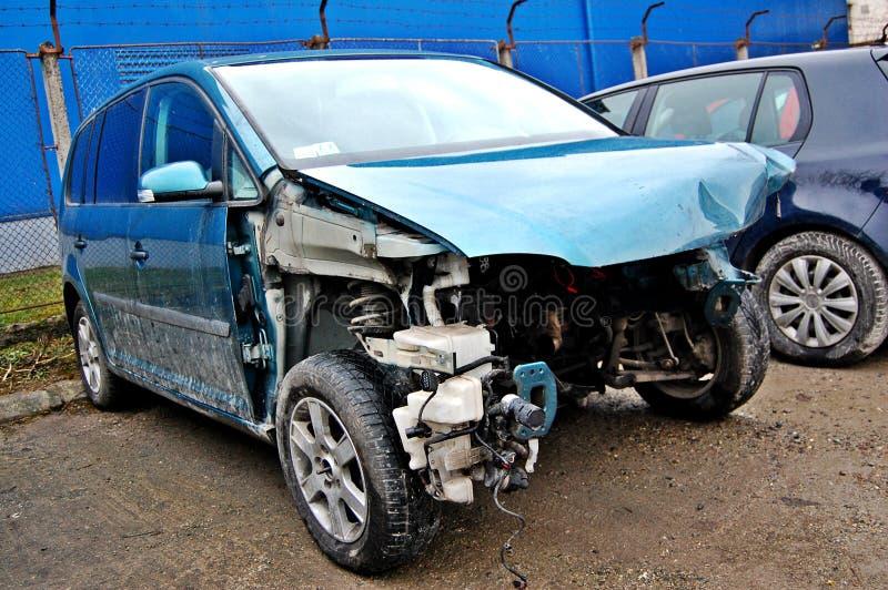 Bruten sprucken bil i servicen arkivfoto