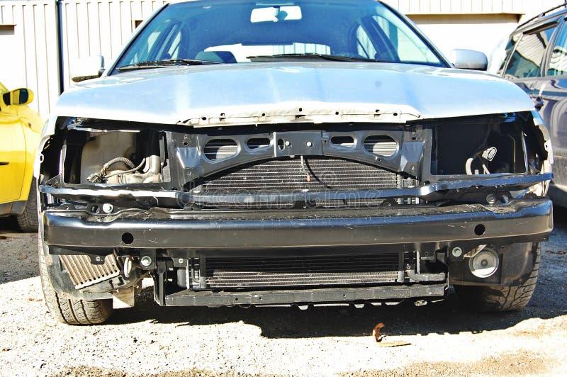Bruten sprucken bil i servicen royaltyfri fotografi