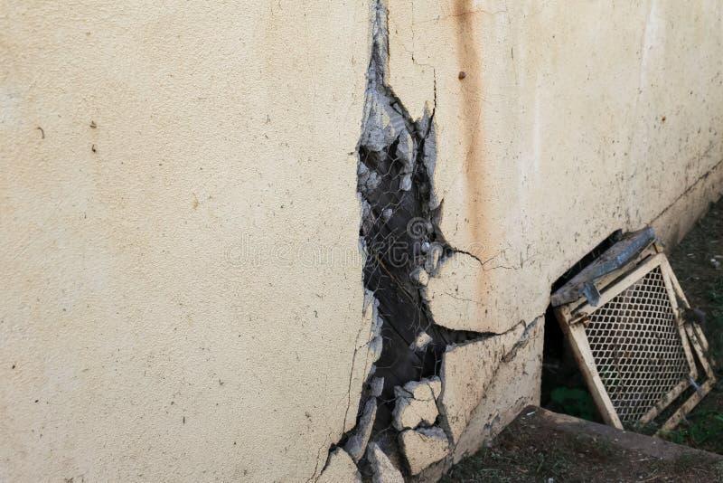 Bruten stuckatur på gammalt byggnad och lufthål arkivfoton