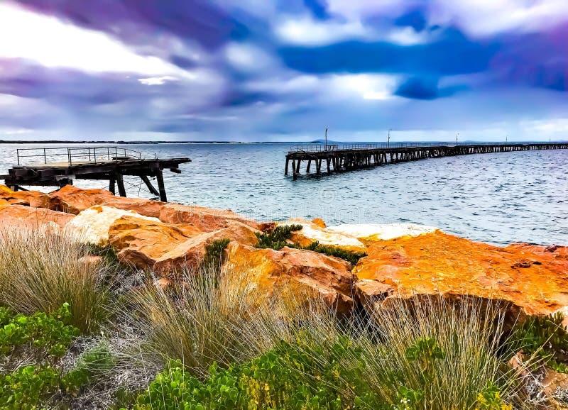 Bruten träbrygga i esperancen västra Australien arkivbilder