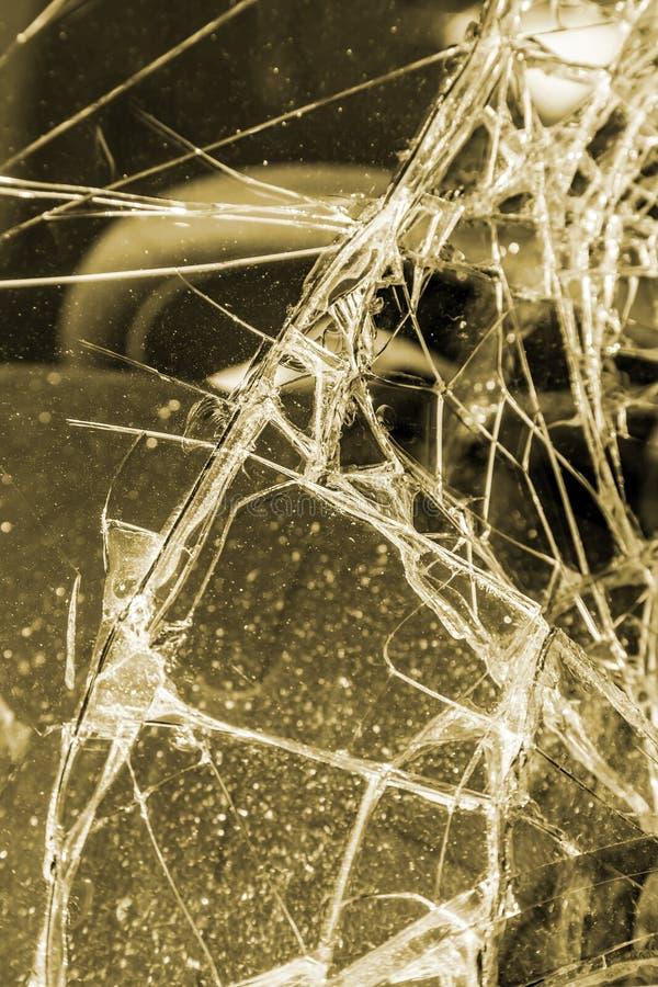 Bruten vindruta på bilen i trafikolycka royaltyfri fotografi