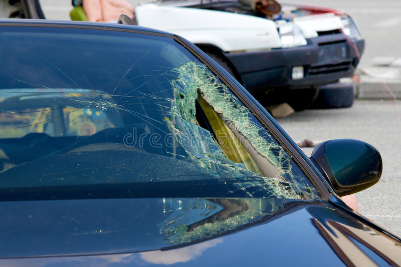 Bruten vindruta på bilen i trafikolycka arkivfoto