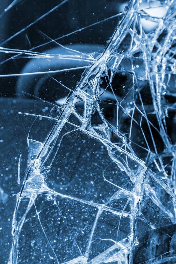 Bruten vindruta på den svarta bilen i trafikolycka arkivbilder