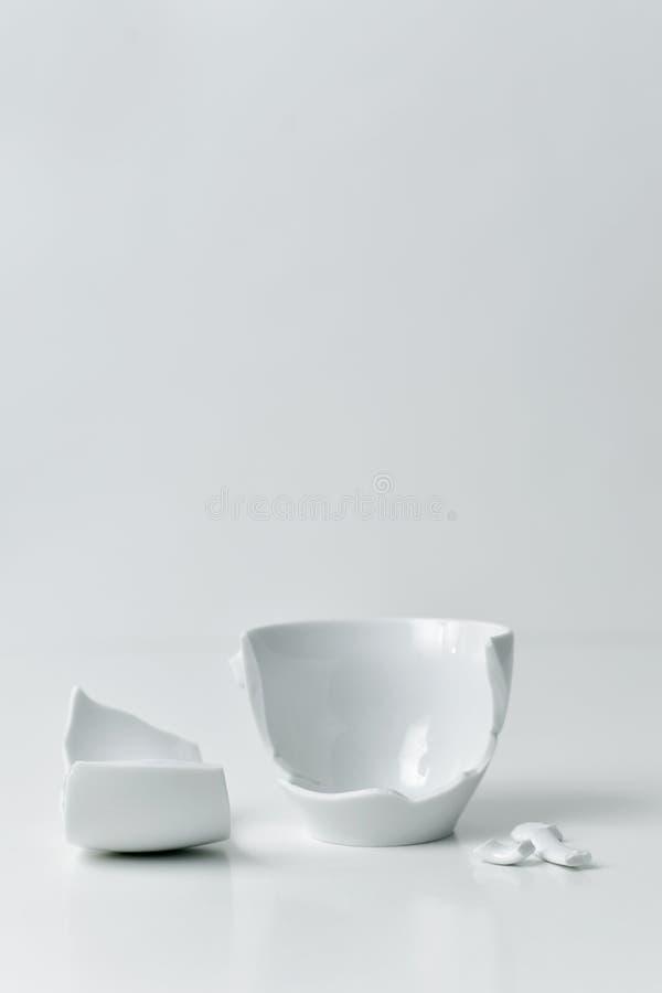 Bruten vit keramisk coffekopp royaltyfri bild