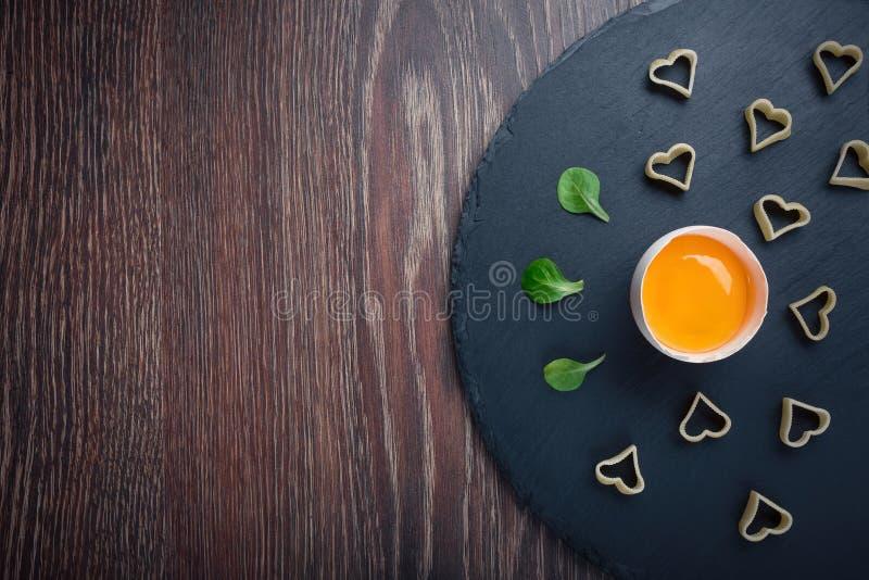 Brutet ägg på en svart bakgrund royaltyfri foto