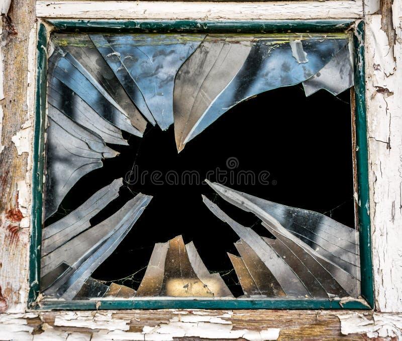 Brutet exponeringsglas av det gamla fönstret royaltyfria bilder