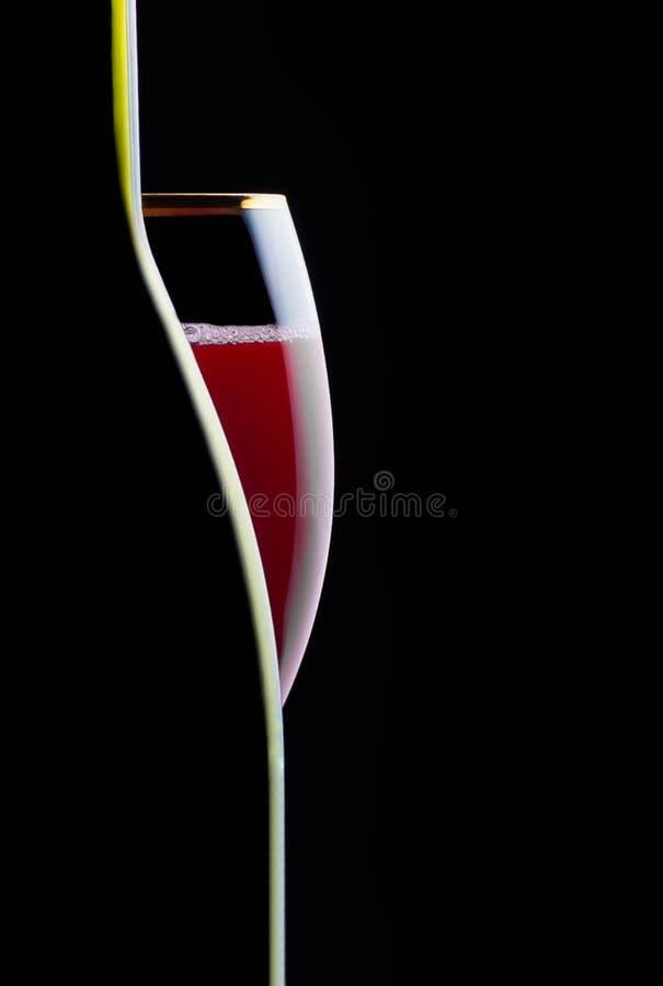 Brutet exponeringsglas av vindrinken, stång, alkoholism, stilleben som är celebratory, restaurang, arkivfoto