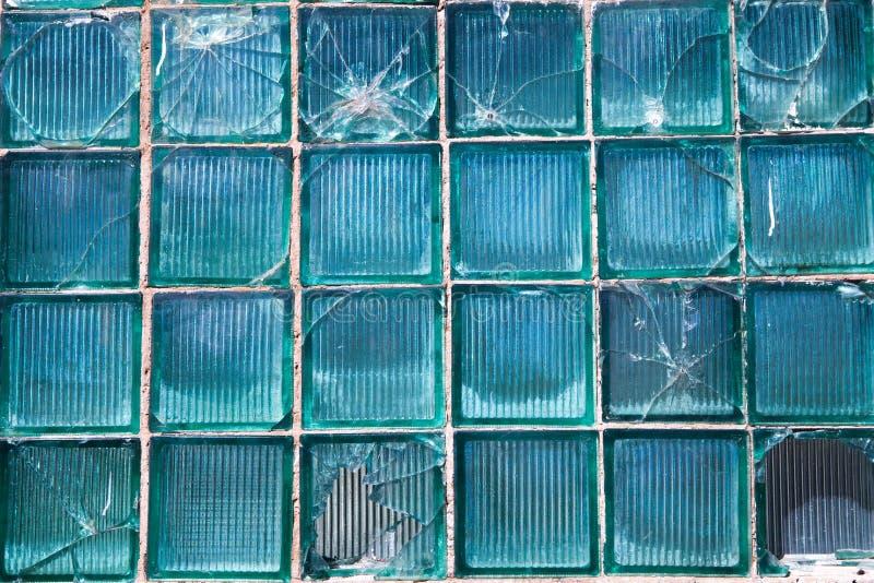 Brutet exponeringsglas för bakgrundsmodell Brutet fönster med ett kulhål i det mellersta hålet i fönstret Kraschtextur arkivfoton
