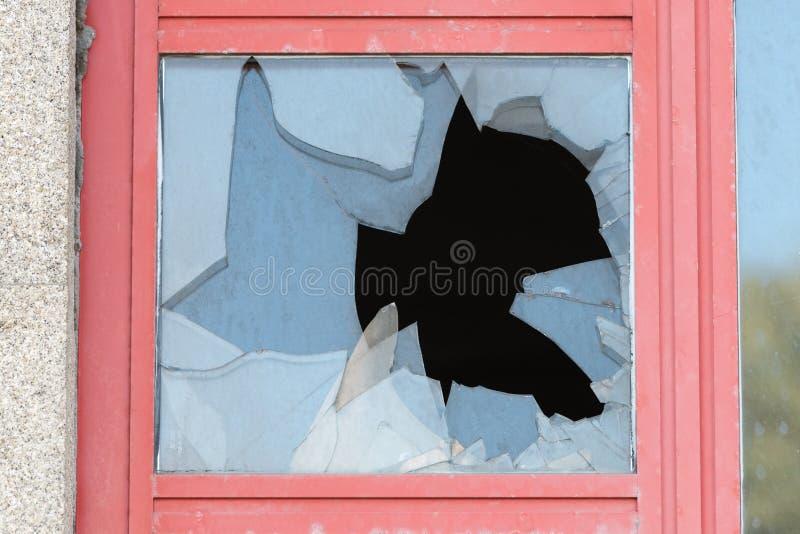 Brutet exponeringsglas i fönstret royaltyfria foton