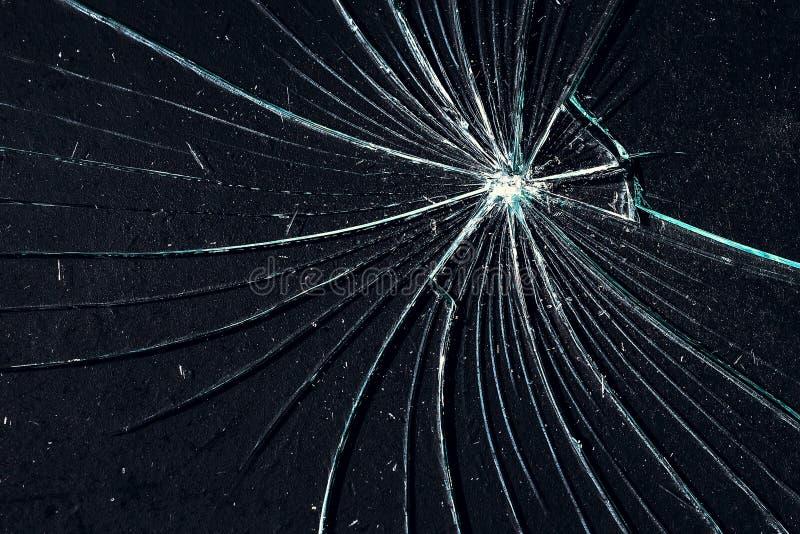 Brutet exponeringsglas på en sprucken svart bakgrund royaltyfria foton