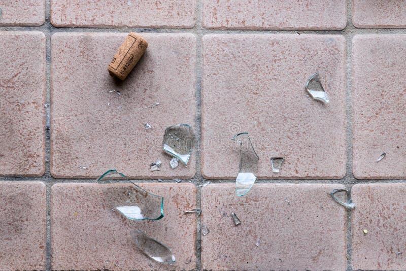 Brutet exponeringsglas på golvet, alkoholmissbruk royaltyfria foton